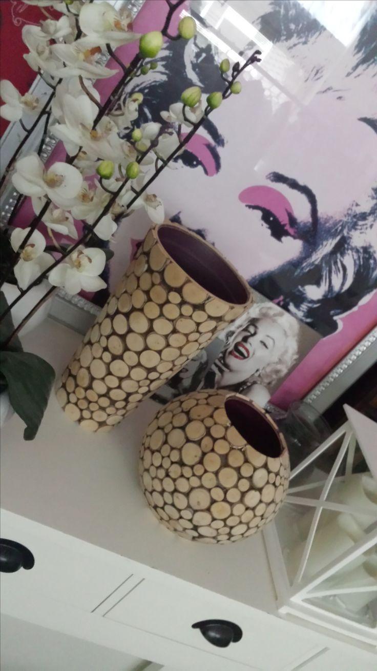 vaas en pot met houten schijfjes bedekt