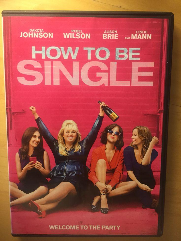 """Chegou meu tão esperado DVD da comédia """"Como Ser Solteira"""" que se passa em NY. Só pelo fato de ser estrelado por Dakota Johnson e ser leve e divertido, já valeria a pena assistir, mas outros motivos tornam o filme imperdível. Saibam quais são: http://www.hollywoodeaqui.com/5-motivos-para-voce-assistir-a-comedia-romantica-como-ser-solteira/"""