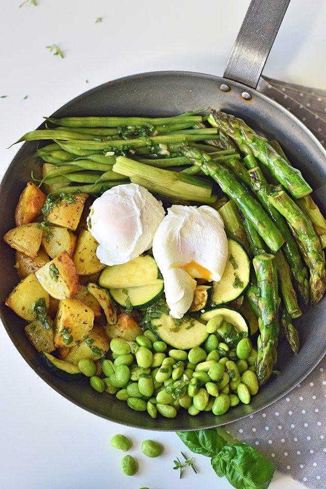 Leckere Grüne Gemüse Pfanne mit pochiertem Ei oder auch Greenbowl genannt. Das Rezept ist mit Spargel, Kartoffeln, Bohnen, Zucchini und Edamame. Sehr einfach zu kochen.