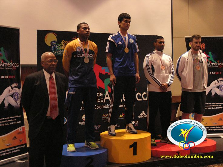 Anthony Ferguson (izquierda), entregó varios trofeos y medallas a los ganadores.