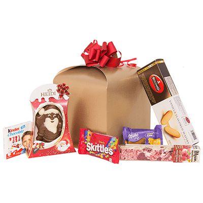 Cadou pentru Craciun AK02 pentru copii. #Cadou de #Craciun pentru copii contine figurină din ciocolată Heidi, specialitate artizanală de #nougat cu migdale și zmeură Sogni di Zucchero, specialități Langue de Chat Bouvard, biscuiți Choco Cow Milka, batoane ciocolată Kinder, bomboane gumate Skittles. Produsele sunt ambalate intr-o cutie de cadouri, potrivita a fi oferita cadou angajatilor sau colaboratorilor pentru copiii lor. *Discount de 10% pentru comenzile pana la data de 2 decembrie 2016.