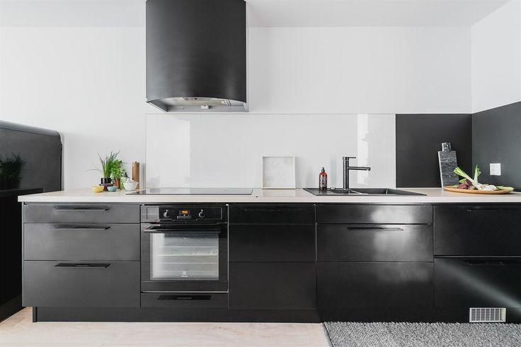 Kjøkkenet er stilsikkert gjennomført i matt sort med følge av sortmalte veggflater omkring | Drømmekjøkkenet