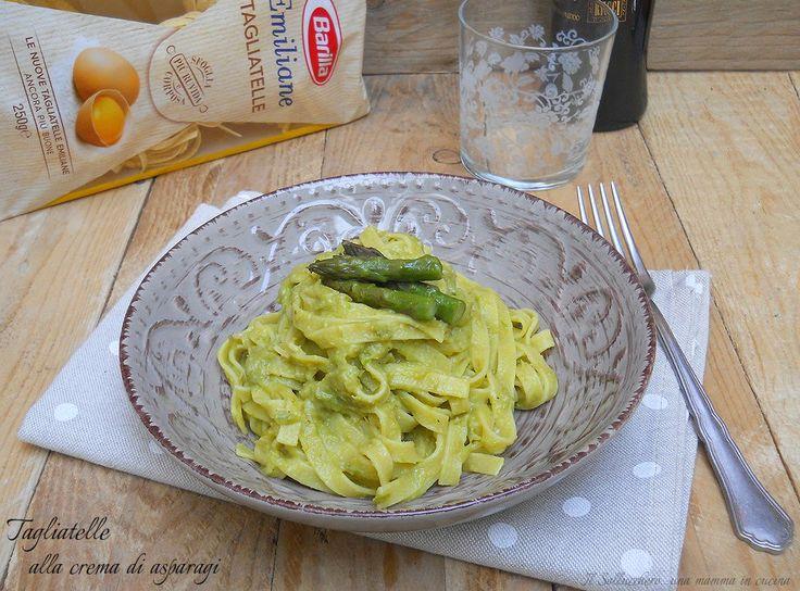 Le tagliatelle alla crema di asparagi sono un primo veloce con un sugo cremoso a base di verdura che potete insaporire con Parmigiano o pecorino.