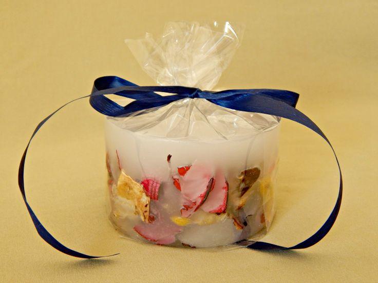 Λευκό χειροποίητο αρωματικό κερί με αποξηραμένα λουλούδια και άρωμα βιολέτας. Χαμηλό μικρό στρογγυλό μέγεθος. White handmade aromatic candle with flowers and violet aroma. www.kirofos.gr