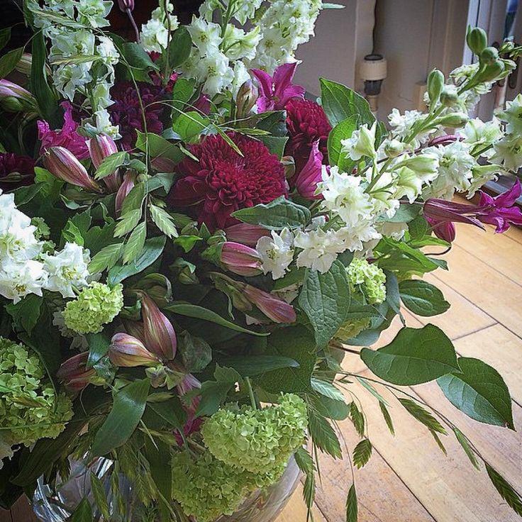 { #företagsblommor #hirdmancarlsson #veckansbukett #viburnum #clematis #delphinium #crysanthemum #alstromeria #chasmanthium }