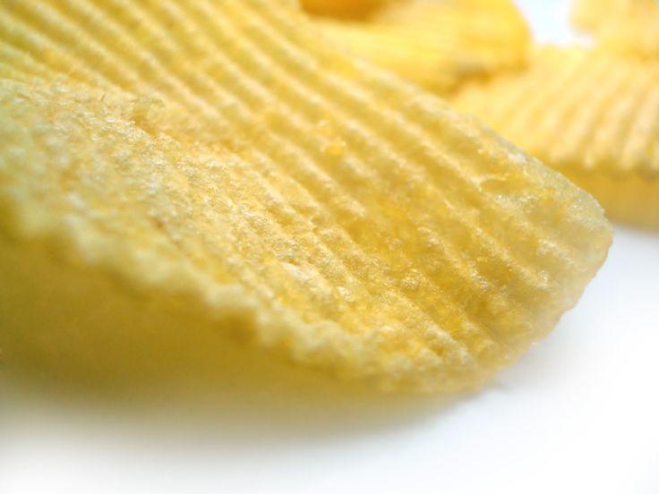 ...там, где пакеты с картофельными чипсами лежат не в шкафу,  а постоянно присутствуют на кухонном столе, хозяйка дома весит в среднем на 3,6 кг больше, чем там, где эти соблазнительные пакеты спрятаны с глаз долой.  «Незаметная диета», «Наука и жизнь», №2, 2016 г.