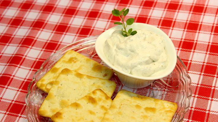 Queso Untable de Kéfir: -Yogur de kéfir  -Condimientos a gusto  Preparación: 1.Con el yogurt de kéfir preparado (sin pajaritos) se procede a colar nuevamente pero esta vez con una tela fina (ej. gasa) encima del colador.  2.Dejar mínimo 8 hrs. para extraer el suero.  3.Condimentar con pimienta, orégano, merkén, ciboulette, etc.