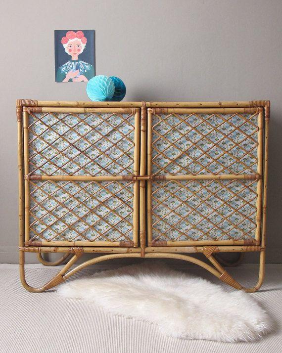 ce meuble est un vaisselier datant des années 60 en rotin osier bambou intérieur peint en bleu turquoise les portes sont retravaillées