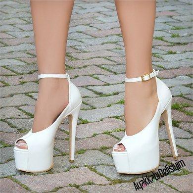 Gelin ayakkabısı olarak tercih edebileceğiniz yüksek topuklu ayakkabılar için tıklayın. platformlu gelin ayakkabısı, beyaz platform ayakkabı, beyaz gelin ayakkabıları, beyaz topuklu ayakkabı, burnu açık platform ayakkabılar, şık platform ayakkabılar