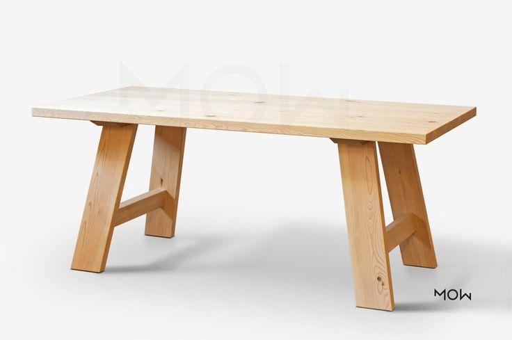 Rustikální jídelní stůl z masivu borovice nebo dubu.