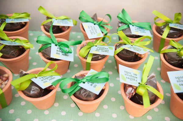 Lembrancinha da Festa João e o Pé de Feijão: Vasinhos com sementes e terra para criança plantar o seu próprio pé de feijão. Ideia in-crí-vel!