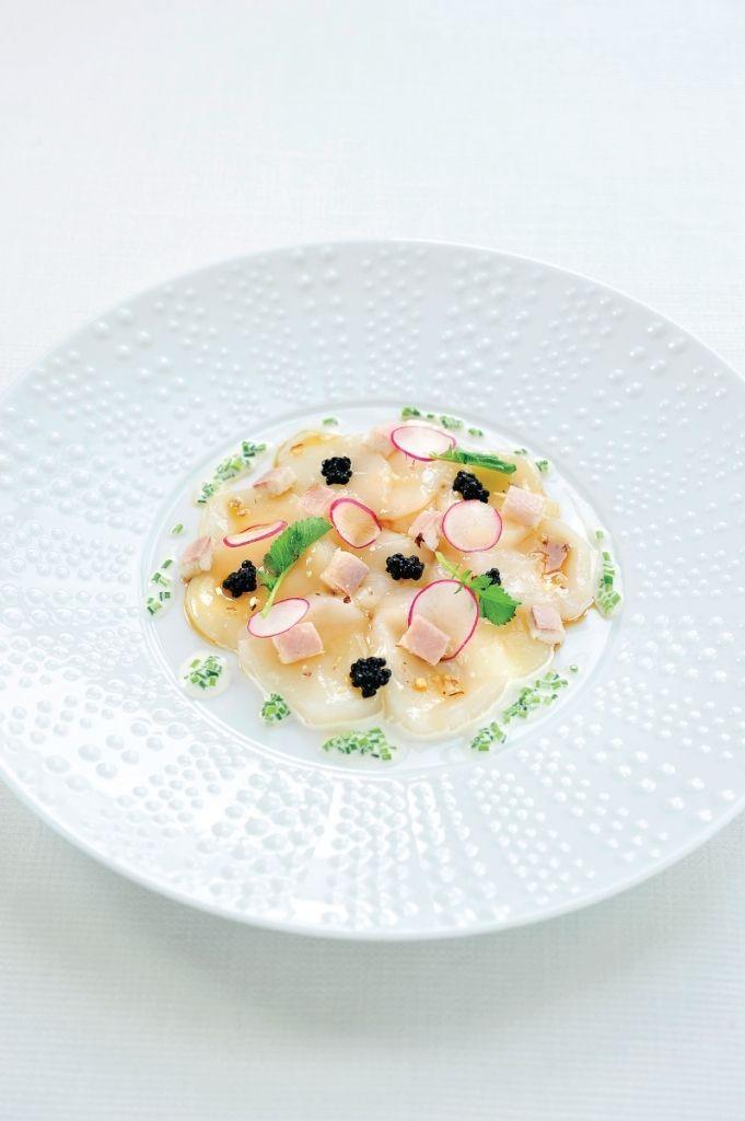 Bereiden: Maak de gerookte paling schoon, gebruik 100 gram om er mooie dobbelsteentjes van te snijden. Doe de overige 300 gram in de cutter. Voeg het sap van een halve citroen, een geweekte gelatineblaadje en 300 gram licht opgeklopte room toe. Kruid met peper en zout. Doe de palingmousse in een spuitzak en leg in de koeling. Maak de sojavinaigrette en de bieslookroom. Snij de coquilles in fijne plakjes.
