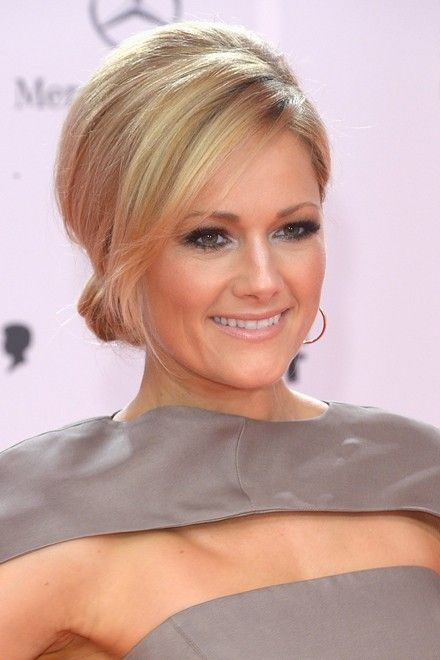 Helene Fischer mit eleganter Hochsteckfrisur. Ihre schönsten Frisuren: http://www.red-carpet.de/fashion-beauty/helene-fischers-haar-styles-ihre-schoensten-frisuren-201425786