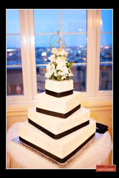 Sobriedad en la geometría y los colores... frescura en el bouquet que corona este pastel de boda.