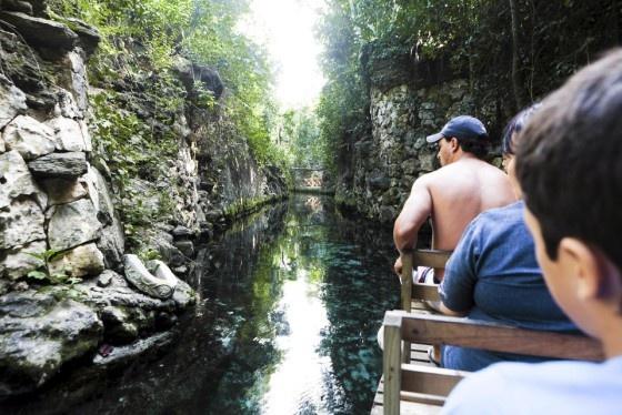 Lauttakyydillä XCaret teemapuiston vehreässä kanjonissa näkee pohjaan asti. Katso koko kooste Meksikon rannoilta ja mayakylistä klikkaamalla kuvaa. Kuva: Vesa Laitinen