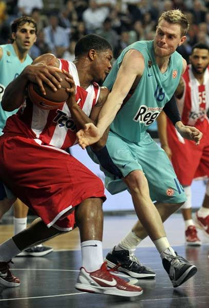 Olympiakos' Kyle Hines (L) vies with Barcelona's C.J. Wallace during the Euroleague Final four basketball semi-final match Olympiakos Piraeus vs FC Barcelona at the Sinan Erdem Arena in Istanbul on May 11, 2012.