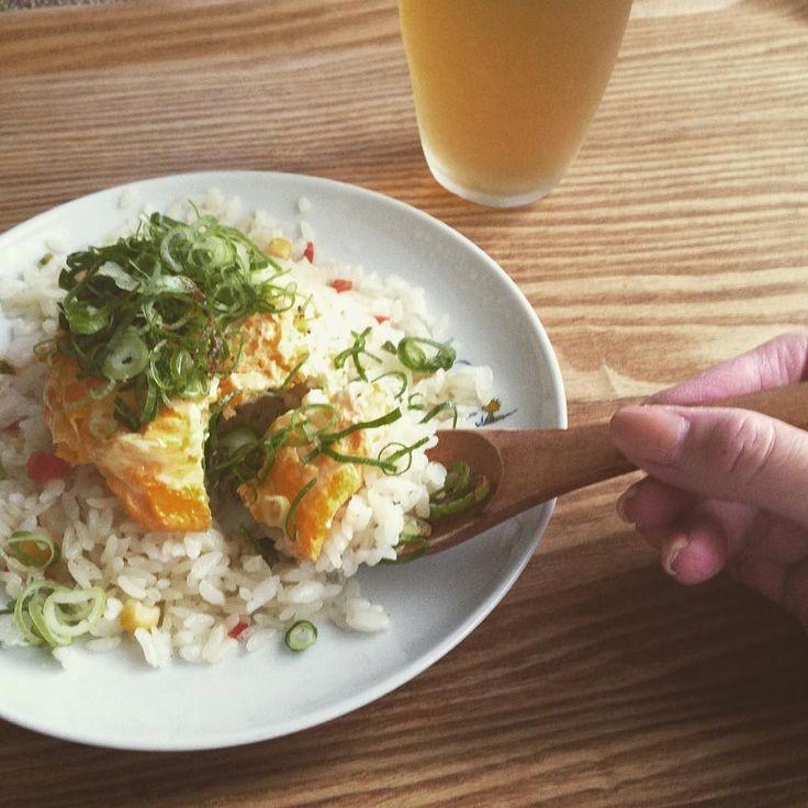 お腹減りまひた  ひとり昼ごはんは 冷凍ピラフに ふわふわ卵と刻みネギをどっさりのせて  その上から ブラックペッパーとアマニ油をかけて  刻みネギが好きなので 何でも のせます笑  手抜きごはん いたらきまーす    #北欧のお皿 #おうちごはん #ランチ #おうちカフェ #ランチタイム #lunchtime #insta #instapic #instafood #vsco #vscocam #vscofood #instacafe #onthetable #器 #日々の暮らし #foodporn by youlinlim_8400
