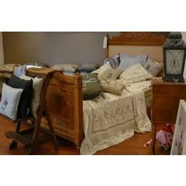 Frans Antiek Brocante Bed  Schitterend Antiek Frans Brocante Bed, ca. 1920 met nieuw matras. In uitstekende staat! De barokke decoratie op het hoofdeinde van het bed is afneembaar,