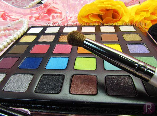 A Paleta de sombras Catharine Hill possui 30 tonalidades de cores variadas opacas e cintilantes. Agora com nova formulação deixando a textura mais fina, as cores super pigmentadas, mais intensas e proporciona maior fixação e durabilidade . Além de uma embalagem prática e funcional.
