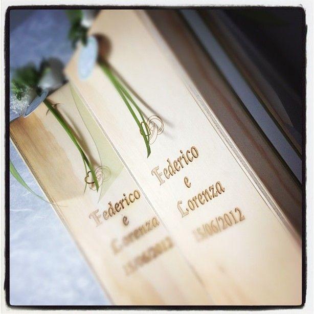 Federico e Lorenza hanno scelto per i loro ospiti una #bomboniera di..Vino impreziosita e valorizzata dal #cofanetto in #legno serigrafato e personalizzato con un tocco di #green per richiamare la #natura www.castellodegliangeli.com
