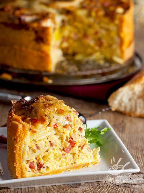 Se cercate la ricetta di una torta rustica, preparata con ingredienti semplici che si trovano in dispensa, ecco qua la Torta di cipolla patate e speck! #tortasalataspeck