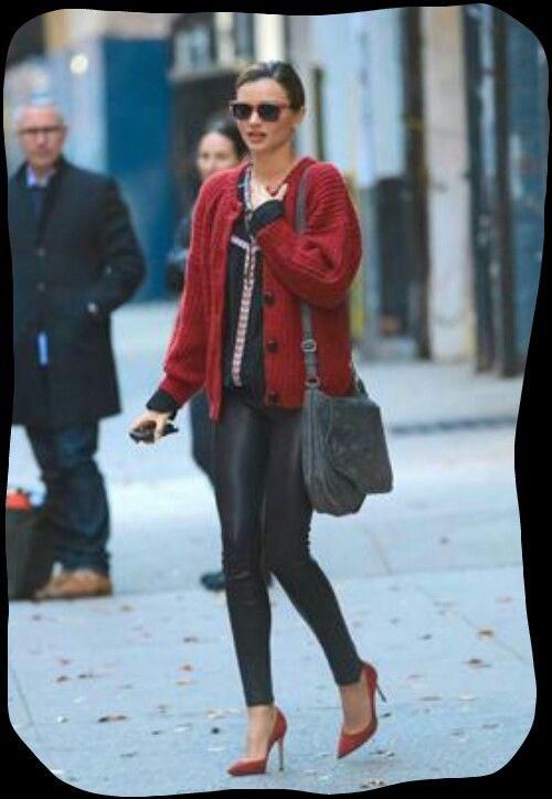 Ω Μιράντα Κερ Το μαύρο με το κόκκινο είναι ένας ιδιαίτερα σέξυ συνδυασμός. Η σταρ του μόντελινγκ επέλεξε μια ζακέτα του οίκου Isabel Marant και τη συνδύασε με το δερμάτινο παντελόνι της.