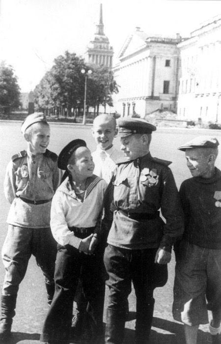 Юные защитники Ленинграда на Дворцовой площади 1945 г.