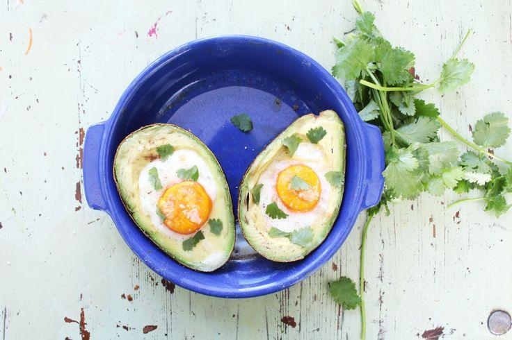 Aguacate y huevo al horno: dos súper alimentos cargados de nutrientes y al unirlos obtendremos un gran desayuno rápido y fácil de preparar.