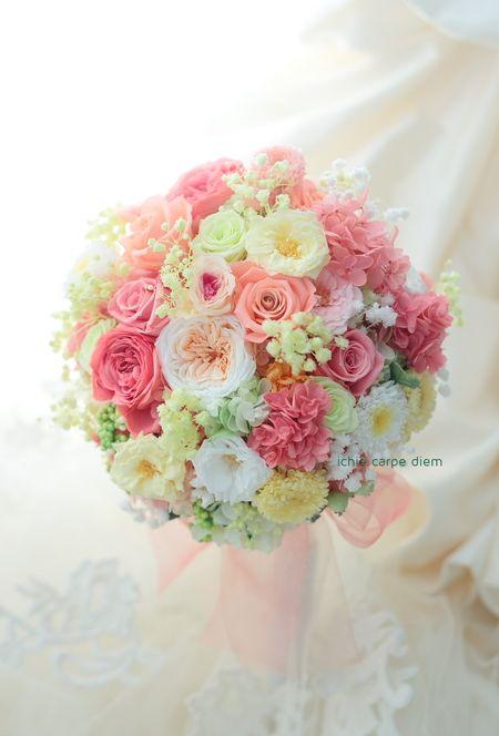 ホテル椿山荘東京さまへ、プリザーブドのブーケです。 ピンクといってもオレンジ味を帯びた、明るい雰囲気で、 全体にバラの舞う柄の、かわいいドレスに。...
