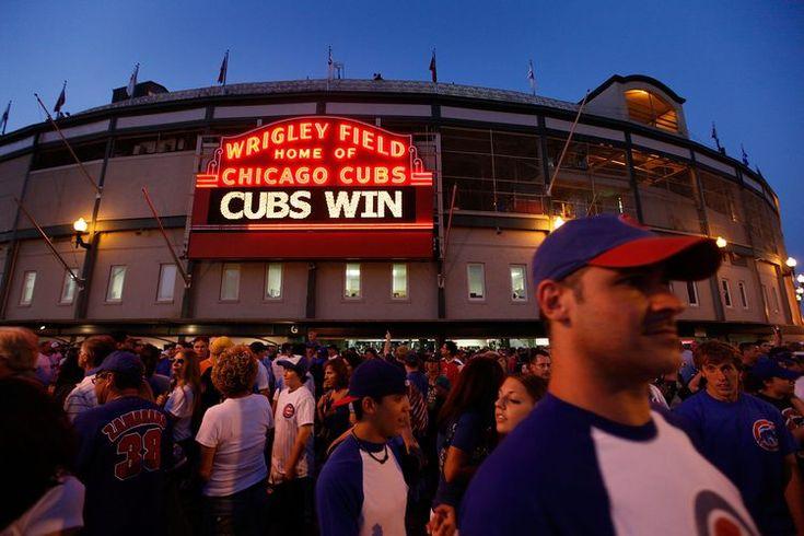 ¿Qué hacer en las inmediaciones del Wrigley Field en Chicago?. El equipo Chicago Cubs ha tenido su sede en el Wrigley Field desde 1914, lo que lo hace el segundo estadio más antiguo en las ligas mayores del baseball de los Estados Unidos, apenas dos años después después del Fenway Park en Boston. ...