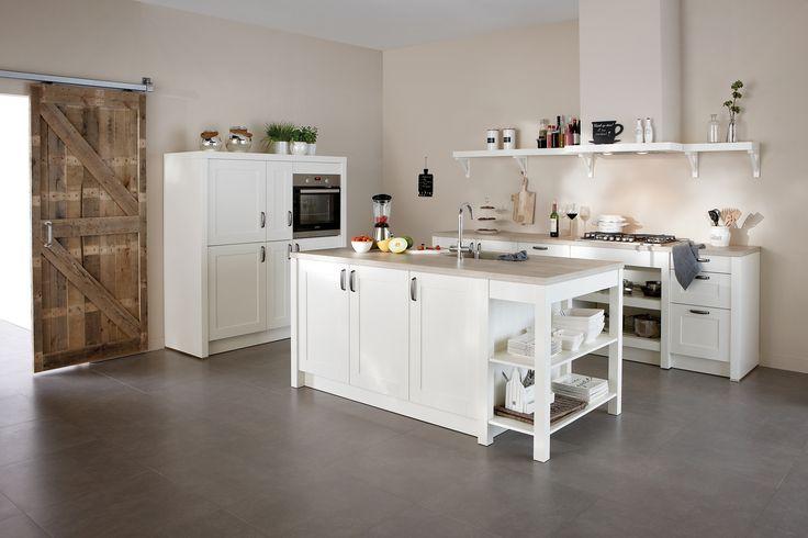 Keuken Casali is landelijk zonder te veel poespas. In de lak wit uitvoering met houten werkblad oogt Casali ruimtelijk en licht, maar toch uniek door de robuuste schouwkap. // Superkeukens @ Villa ArenA