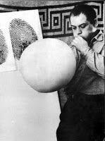 MANZONI Piero (1933-1963), Fiato d'artista, 1960, performance, et ballon en caoutchouc scellé, base de bois, 18x18 cm, Collection privée, Milan.