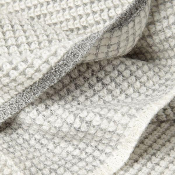 In diesem zweifarbigen Überwurf lebt die Natürlichkeit des mongolischen Kaschmirs und die Qualität von zeitlosem Design. Er eignet sich als Decke und als Überwurf auf Sofas oder Betten und umhüllt jeden Träger mit unverwechselbarer Eleganz. Die wärmende Leichtigkeit ist Luxus pur. Masse: L: 180cm | B: 120cm Material: Kaschmir Farbe: Elfenbein-hellgrau SKU:OYU_0010008