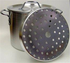 Vaporera para cocer los tamales,el plato con hoyos va dentro de la olla,abajo se pone agua y se cocinan al vapor.