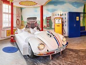 Stuttgart-V8 hotel. Voor de autoliefhebber, je kunt overnachten in Herbie maar ook in een Ferrari