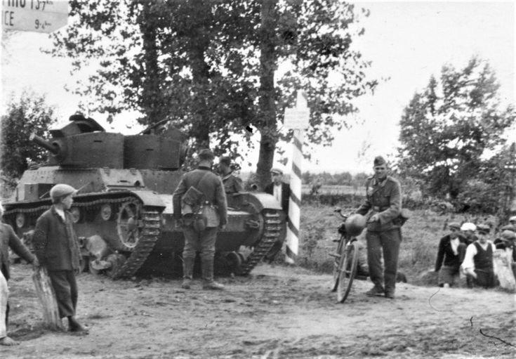 Фото: Егеря 1-й горной дивизии вермахта осматривают польский танк 7TP, брошенный на словацко-польской границе