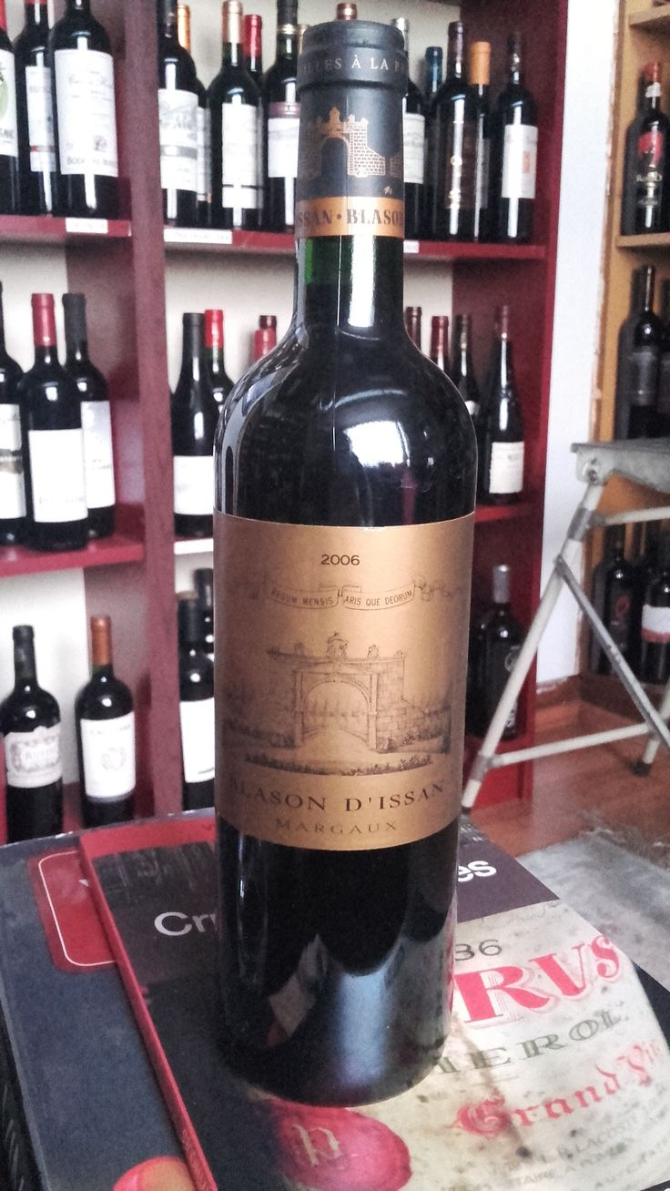 Blason d'Issan Grand Cru 2006 Vrhunsko suvo crveno vino, pleni zavodljivom aromom kupina i moke. Procenat alkohola: 12,5% Cena: 9.500 dinara Vino je direktno stiglo iz podruma proizvođača i poseduje kompletnu dokumentaciju o poreklu. Za sve ostale informacije u vezi vina pozovite 011/7113938 ili 063/238322 ili dođite u našu vinoteku.