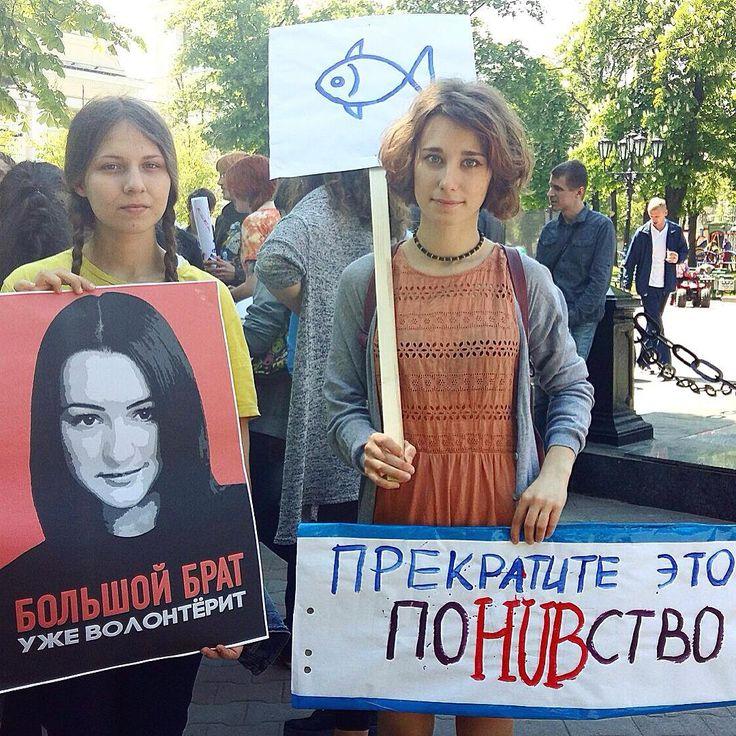 В нескольких городах России 1 мая проходят альтернативные абсурдистские шествия, известные как Монстрации — их участники используют карнавальные костюмы и маски, пишут на плакатах и баннерах смешные, глупые и бессмысленные лозунги.