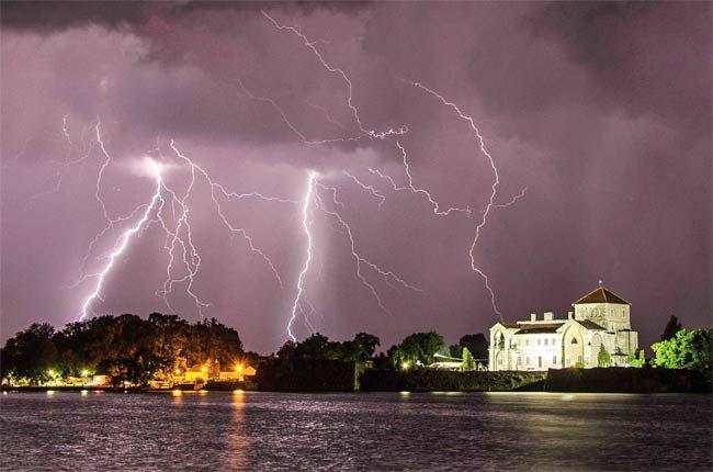 A vasárnap éjszakai viharban csak úgy cikáztak a villámok Tata fölött.