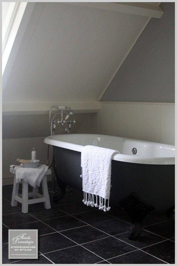 Mooie badkamer met bad op pootjes
