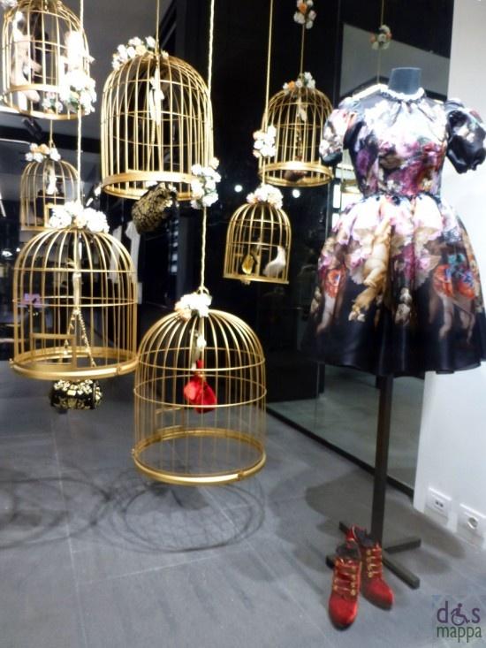 Accessori in gabbie dorate nelle vetrine di Dolce e Gabbana