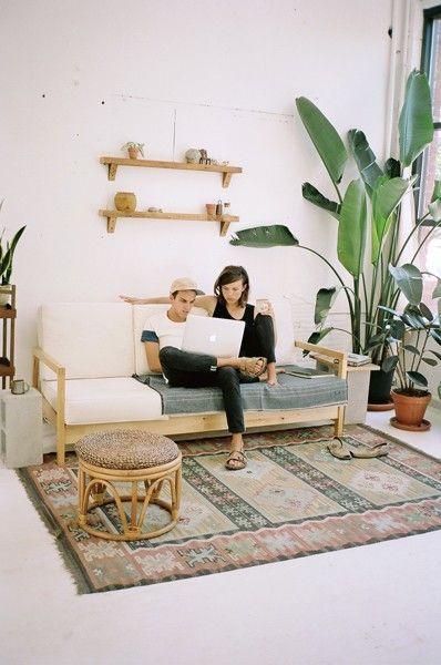 Das ist ein absolut modern eingerichtetes Wohnzimmer mit einem tollen Kelim Teppich.