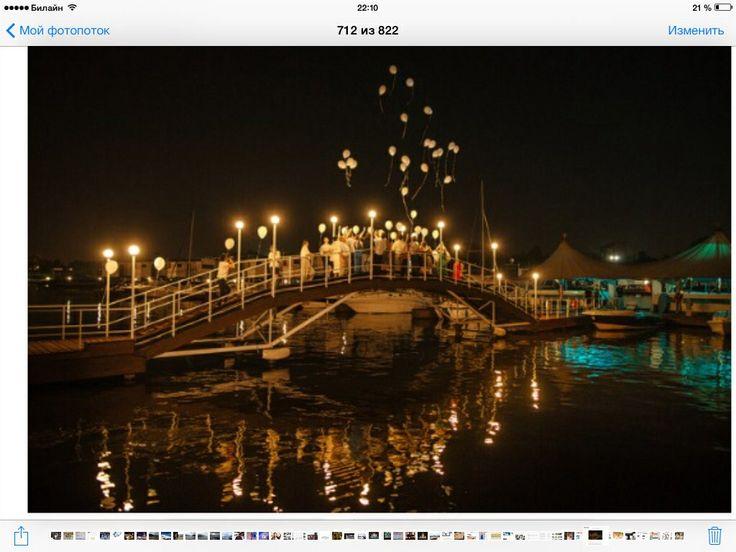 Может, в конце вечера тоже запустить бело-синие шарики в небо? С моста... Будет красиво!)