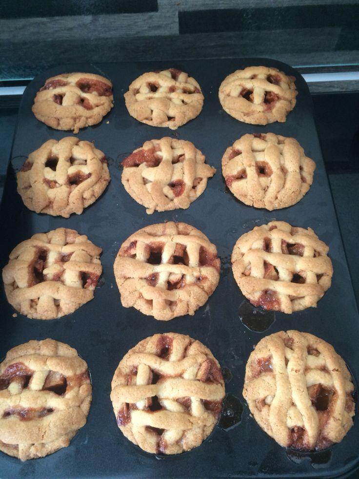 Mini appeltaartjes 12 mini appeltaartjes 200 gram zachte roomboter 200 gram suiker 400 gram zelfrijzend bakmeel 1 ei 1 zakje vanillesuiker 1 snufje zout 3 appels (ik gebruikte Elstars) 1 eetlepel suiker 2 theelepels kaneel Schil de appels, meng met de eetlepel suiker en 2 theelepels kaneel. Laat even staan. Meng alle ander ingrediënten in een kom tot een deegbal. Laat wat van het ei in een bakje over zodat je daarmee de appeltaartjes op het laatst kan besmeren. Bakken op 170 graden 40 min.