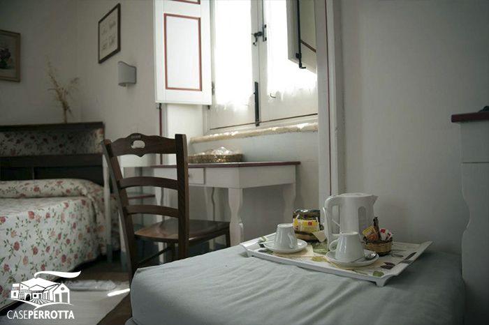 Servizi nelle camere: bollitore elettrico, tè e cioccolato. - Room services: kettle, tea and chocolate.