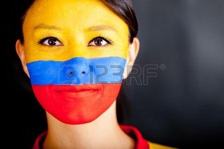 Mujer con la bandera de Colombia pintada en la cara. Foto de archivo.