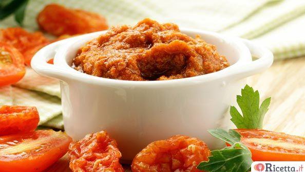 Il pesto di pomodori secchi è una ghiotta salsa siciliana che può essere utilizzata come antipasto, in accompagnamento a piatti di carne o verdure grigliate oppure per condire la pasta. Facile da preparare in casa, è ottimo tutto l'anno.