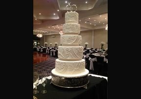 Vintage piping with pearls #Wedding #Cake