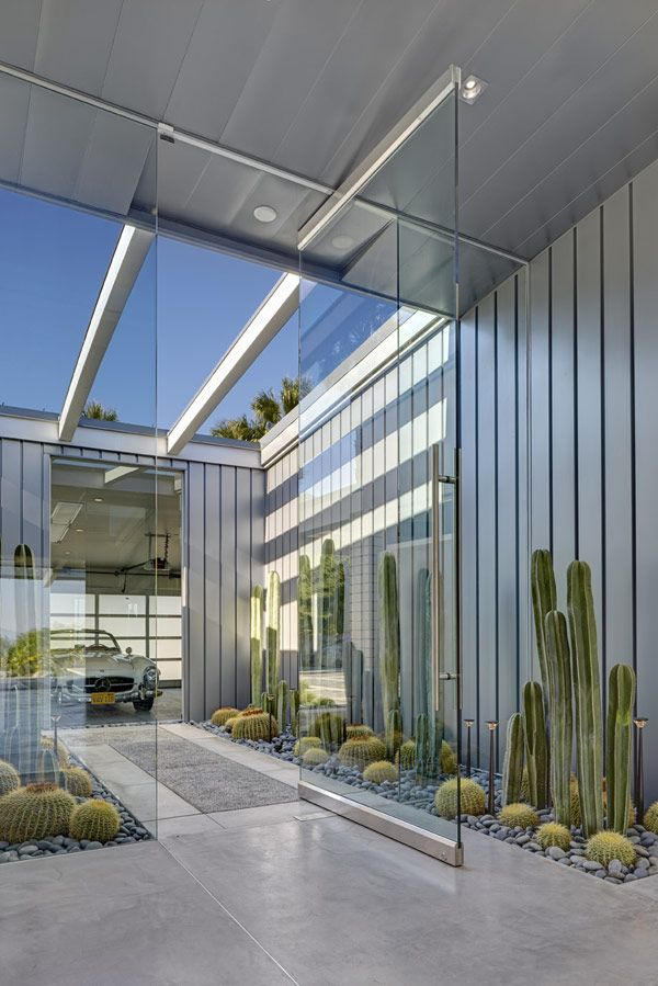 Contemporary House in Palm Springs, California. Architect  Michael Johnston