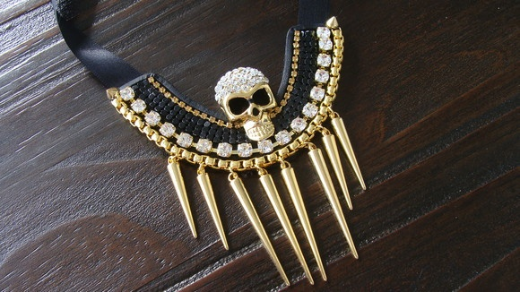 Maxi colar preto com dourado de caveira e spikes. *FRETE GRÁTIS* R$89,00